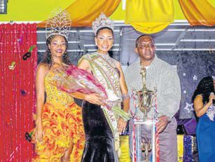 Miss St. Maarten Diandra Marlin (centre) being crowned Miss Dutch Windward Islands by Commissioner of Culture Rolando Wilson (right) (STK photo)